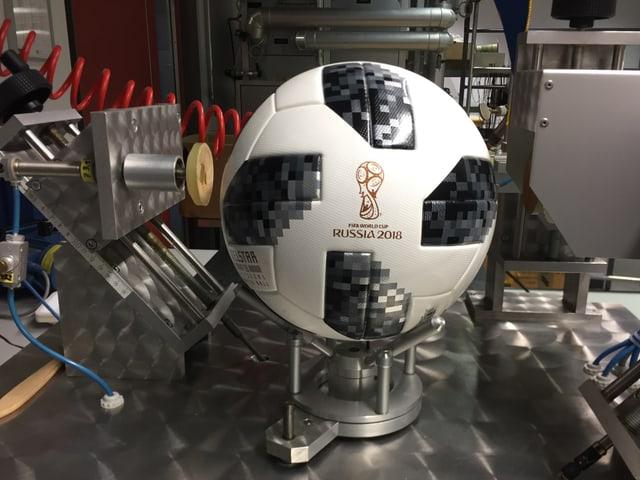 Der offizielle FIFA-Fussball wurde in der EMPA vermessen.