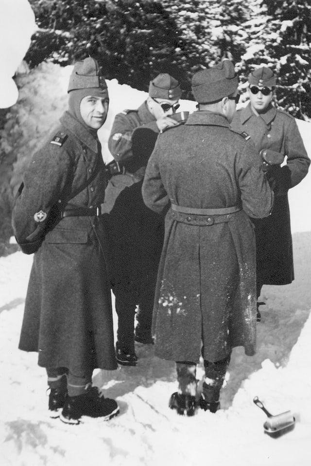 Soldaten stehen dickt eingepackt im Schnee.