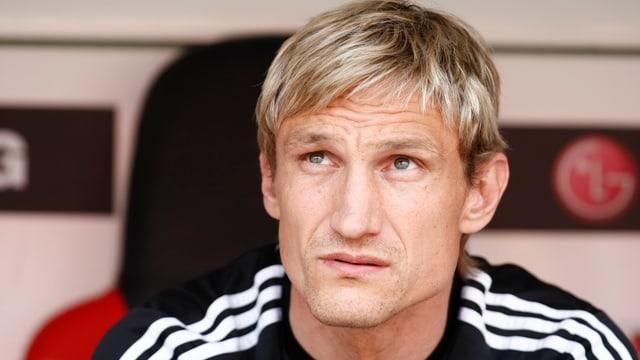 Sami Hyypiä auf der Trainerbank.