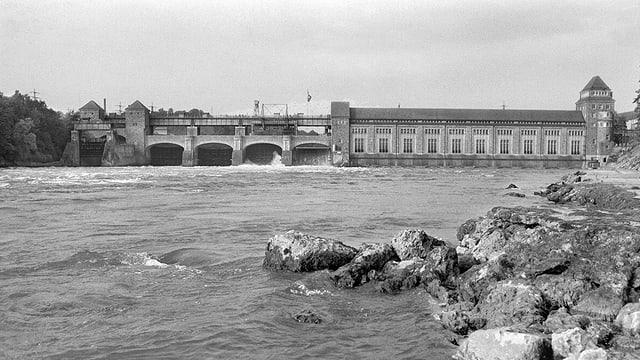 Blick auf das Wasserkraftwerk in einer Schwarz-Weiss-Aufnahme.
