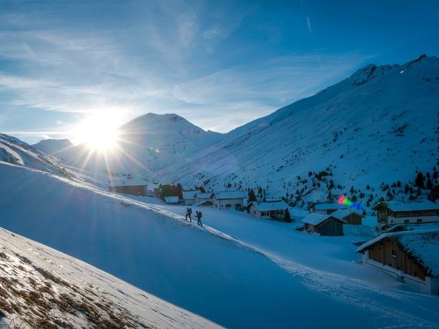 Verschneites Bergtal bei aufgehender Sonne