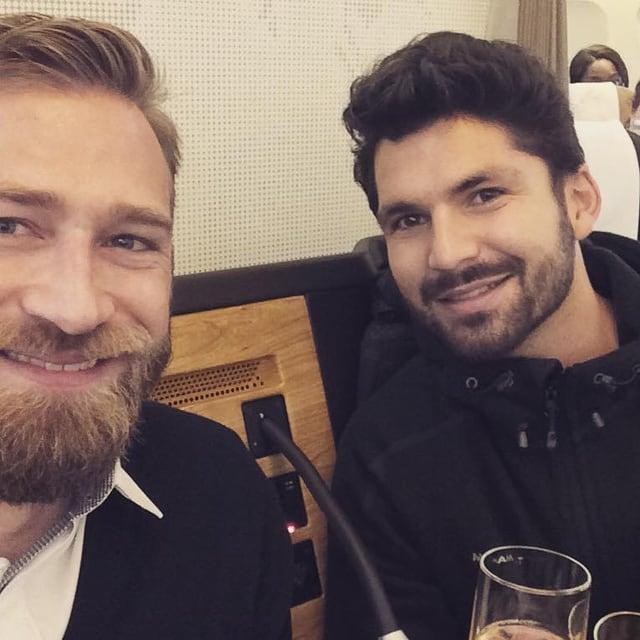 Zwei Männer in die Kamera lächelnd.