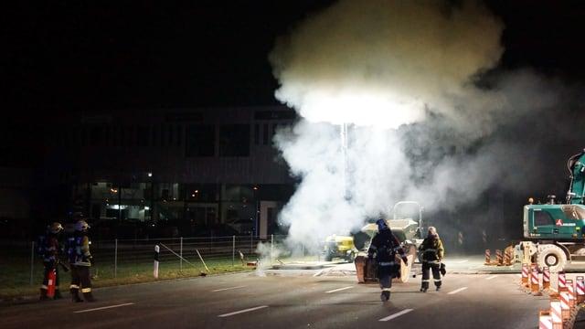 Kabelbrand auf einer Baustelle. Feuerwehrleute sind am Löschen.