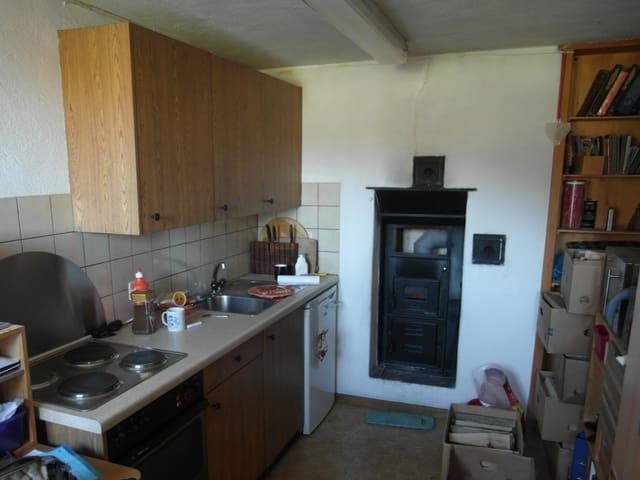 Blick in Küche der Arbeiterwohnung, noch nicht umgebaut