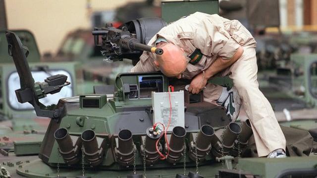 Ein Mann arbeitet in einer Panzerfabrik.