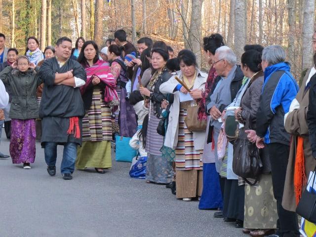 Tibeterinnen und Tibeter in traditionellen Gewändern