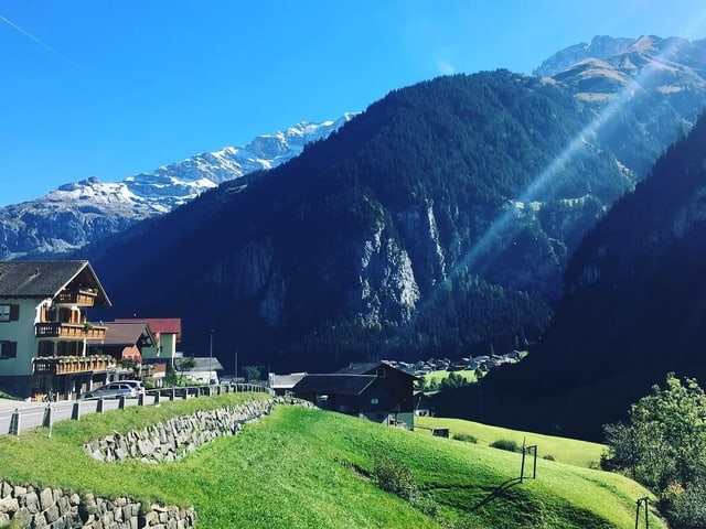 Sicht auf eine Berggemeinde im Kanton Uri