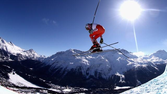 Ein Skifahrer bei einem Sprung.