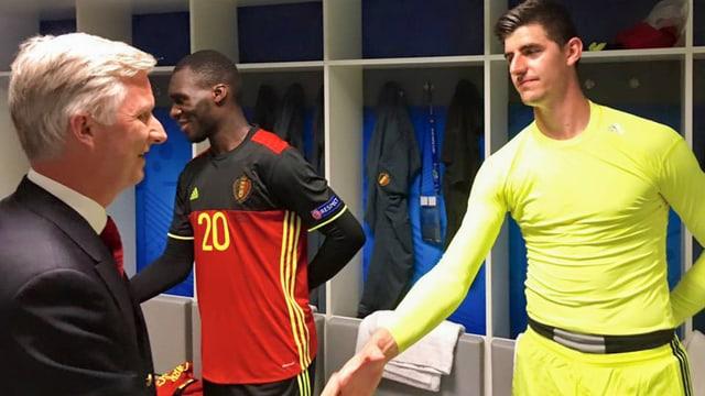 Belgiens König gratuliert Goalie Thibaut Courtois.