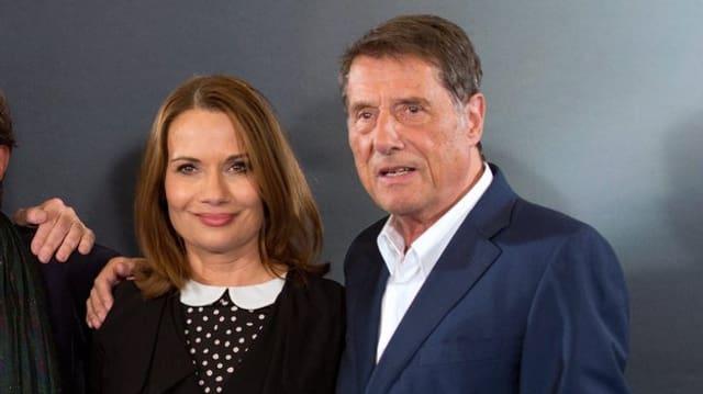 Udo Jürgens umarmt seine Tochter Jenny vor einer Fotowand.