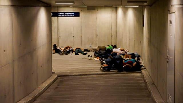 Flüchtlinge, die in Unterführungen schlafen.