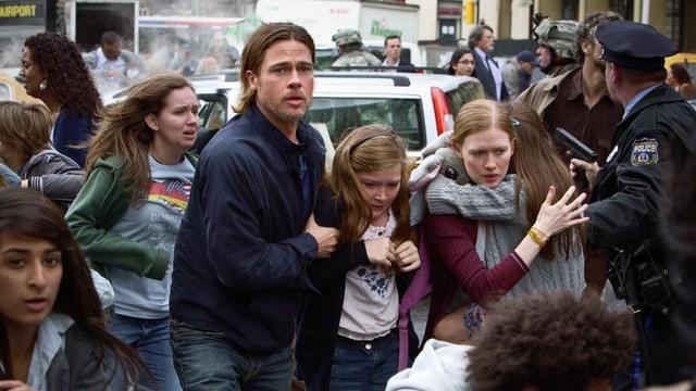 Eine Familie inmitten von Menschen in Panik.
