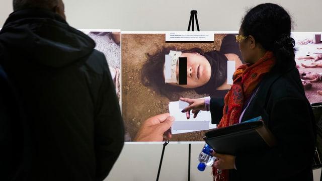 Folterbilder an einer Ausstellung.