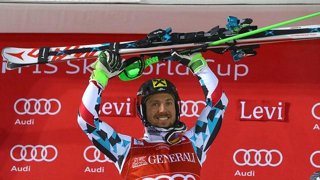 Marcel Hirscher sin il podest a Levi - el tegna ad aut ils skis.