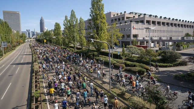 Hunderte Velofahrer auf einer Strasse