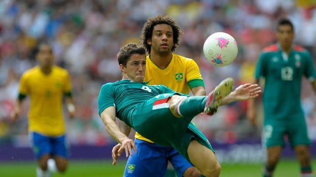 Im Olympia-Final hatten die Brasilianer (Marcelo, hinten) gegen die Mexikaner (Hieram Mier) das Nachsehen.