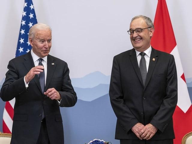 Biden und Parmelin lachen.