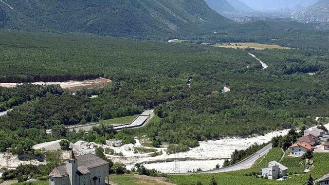 Blick auf den Pfynwald von Leuk aus Richtung Sierre/Siders. Im Vordergrund die Ringacker-Kapelle.