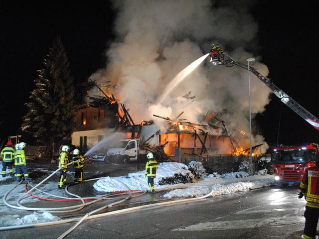 Die Feuerwehr im nächtlichen Einsatz in Plaffeien.