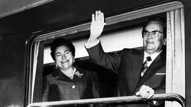 Der damalige jugoslawische Staatschef Josip Broz Tito und seine Frau Jovanka Broz, hier im Bild bei der Eröffnung einer neuen Eisenbahnlinie im Mai 1976.