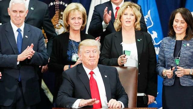 Trump an Schreibtisch