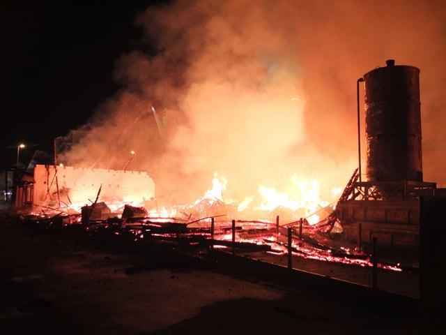 Völlig abgebrannter Holzschopf in Flammen