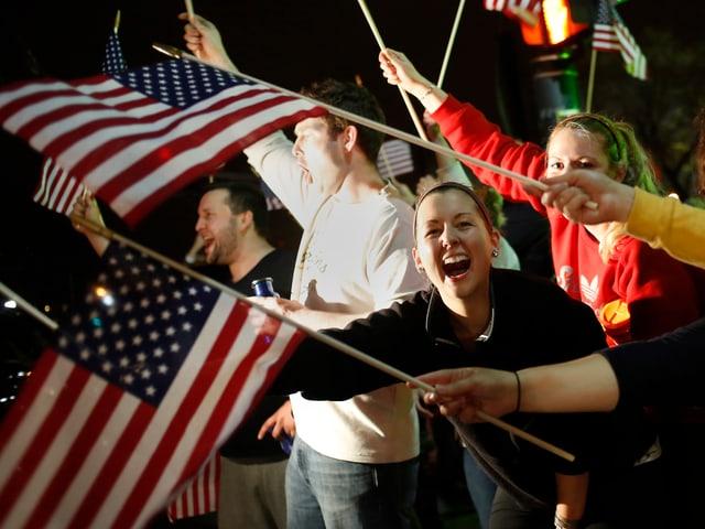 Jubelnde und US-Flaggen Schwenkende