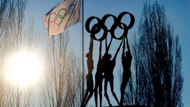 Fahne und Skulptur mit den olympischen Ringen