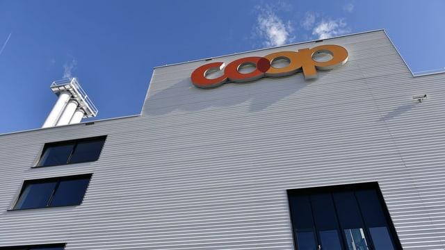 Purtret d'in bajetg cun si il logo da Coop.