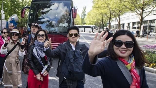 Chinesische Touristen winken