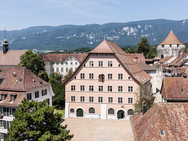 Altes Zeughaus. Im Hintergrund der ehemalige Ambassadorenhof (links) und der Riedholzplatz (rechts).