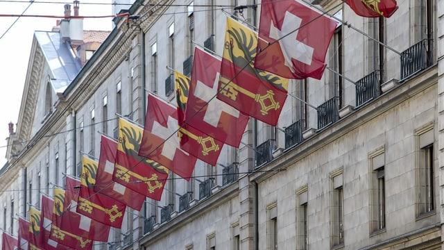Mit Genfer und Schweizer Fahnen beflaggte Fassade in Genf.