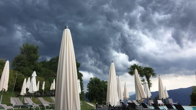 Gewitterwolken über dem Kurhaus Cademario am Montag.