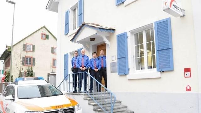 Team des Polizeiposten posiert vor dem neu renovierten Haus.