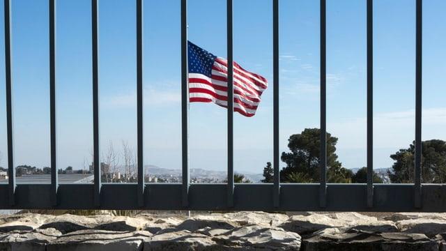 Blick durch Zaun auf US-Flagge.