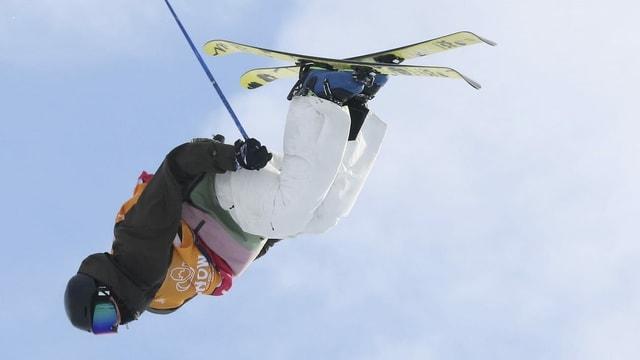 Andri Ragettli durant far in tric sin ils skis.