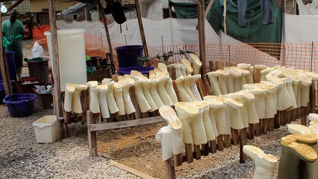 Aufgereihte Hygiene-Gummistiefel bei einer Ebola-Krankenstation in Guinea