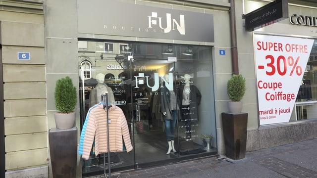 Kleiderladen Fun in Freiburg mit Schaufenster und Kleidern.