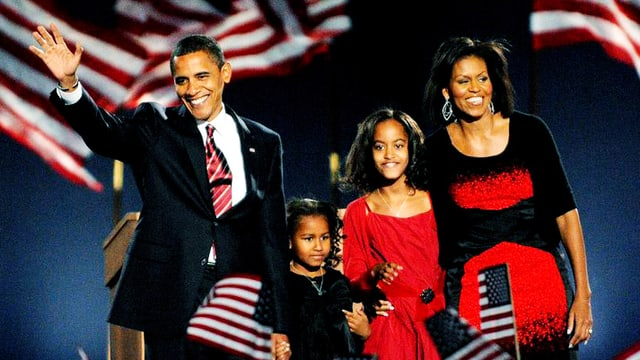 Ein Mann und eine Frau – in der Mitte ihre Töchter.