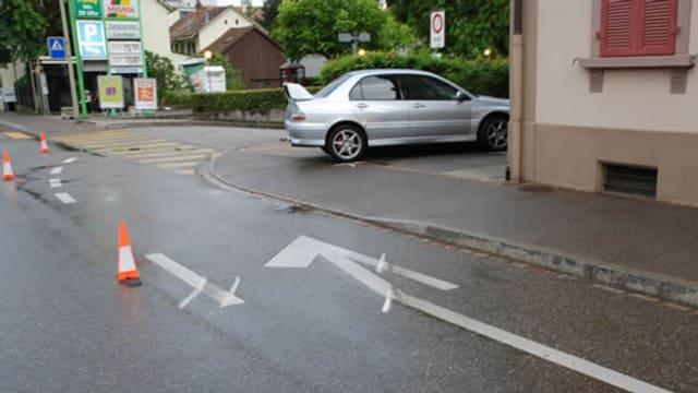Auto steht quer auf dem Trottoir - Bodenmarkierungen auf der Strasse