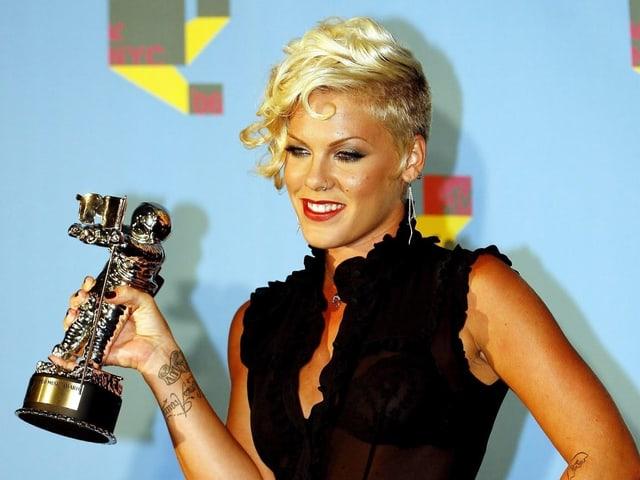 Pink mit dem MTV Award in der Hand