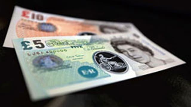 Zwei Pfundnoten aus Plastik. Rot: Zehn Pfund. Grün: Fünf Pfund.