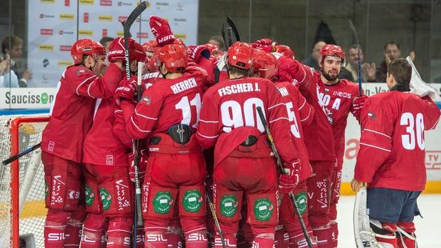 Die Lausanne-Spieler bejubeln den Sieg gegen den HC Davos.