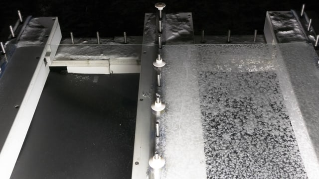 Versuchsanlage: Links: beschichtete, eisfreie Scheibe. Rechts: unbeschichtete, vereiste Scheibe