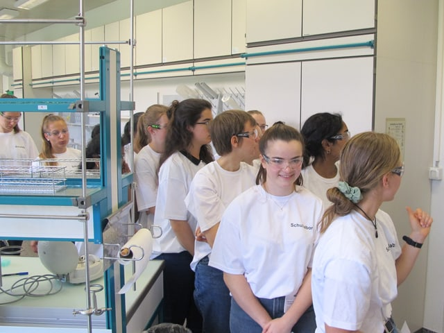 Jugendliche verlassen das Labor.
