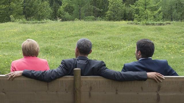 Kanzlerin Merkel, US-Präsident Obama und der italienische Premier Renzi sitzen auf einer Bank in Elmau.