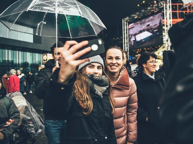 Martina Hingis macht Selfies mit Fans