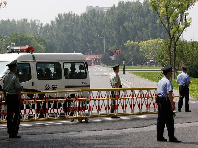 Polizei auf Strasse.