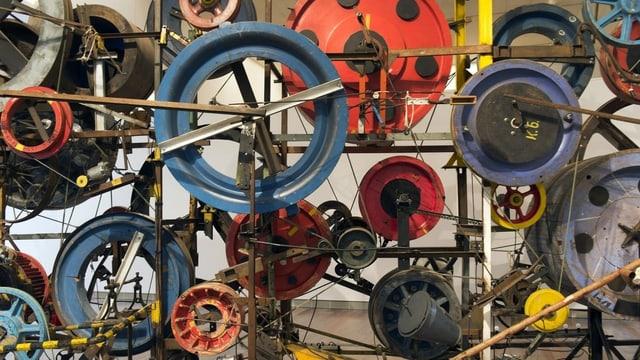 Bunte Räder einer grossen Maschine