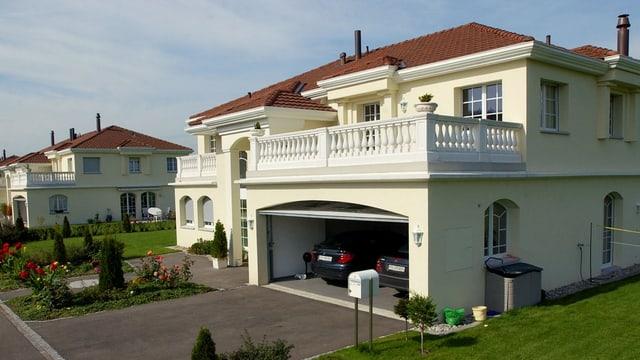 Eine Villa mit einer Doppelgarage.